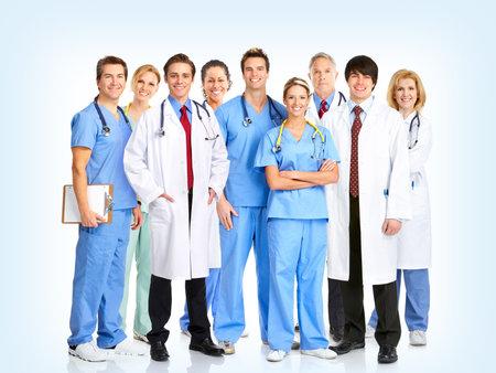 doctores: M�dicos sonrientes con estetoscopios. Sobre fondo azul