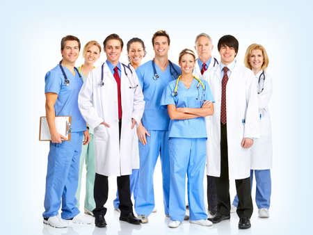 equipe medica: Medici sorridente con stetoscopi. Su sfondo blu