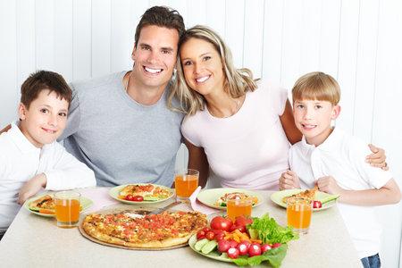 family eating: Cena familiar