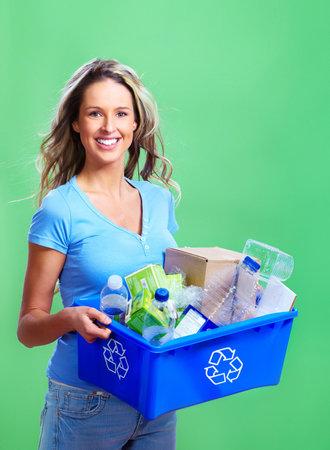 reciclaje papel: mujer con una papelera de reciclaje Foto de archivo