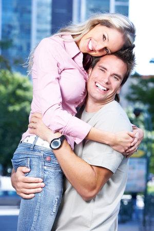 parejas enamoradas: Feliz pareja de enamorados.