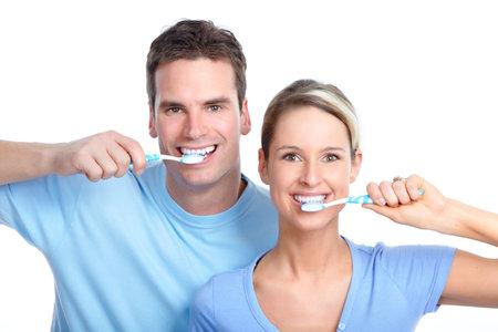 cepillarse los dientes: Joven pareja de enamorados Foto de archivo