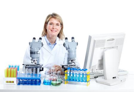 Docteur en m�decine travaille au laboratoire.