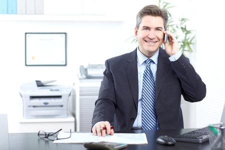 Apuesto hombre de negocios llamando por tel�fono. Foto de archivo