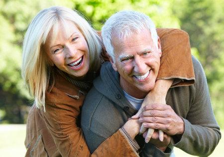 年配のカップル。