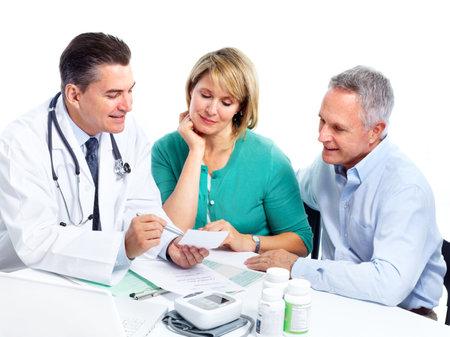 medico con paciente: Pareja Senior y un m�dico. Foto de archivo