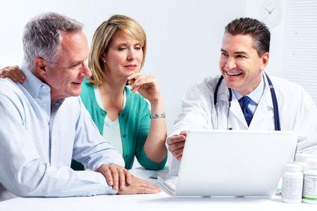 medico computer: Anziano, coppia, e un medico. Archivio Fotografico