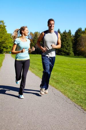 Paar joggen.