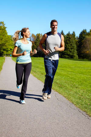 personas trotando: Pareja jogging.