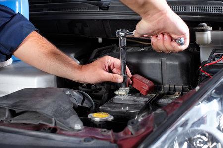 reparation automobile: M�canicien automobile Banque d'images