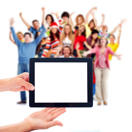 Ordinateur tablette et un groupe de gens heureux.