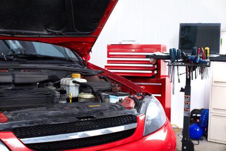industrial mechanics: Coche en el taller de reparaci�n de autom�viles.