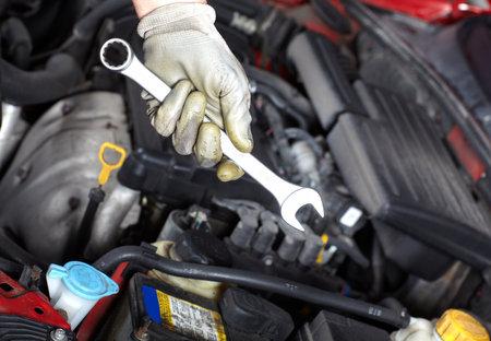 reparation automobile: Main avec une cl�. M�canicien automobile.