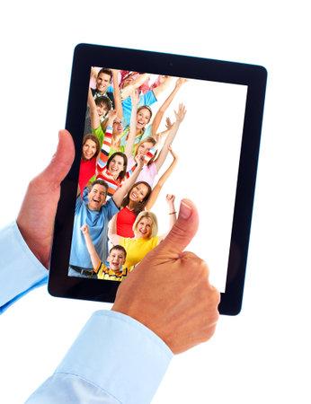 Tablet-computer en de groep van gelukkige mensen.