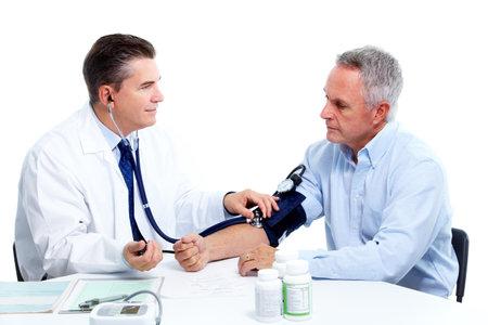 hipertension: Medición de la presión arterial. Médico y paciente. Foto de archivo
