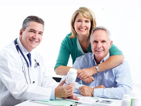 salud sexual: Médico y paciente pareja de ancianos. Foto de archivo