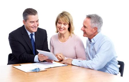 Senior paar met een financieel adviseur. Stockfoto