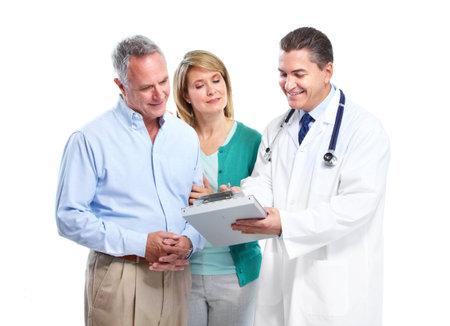 医者とシニアのカップル。