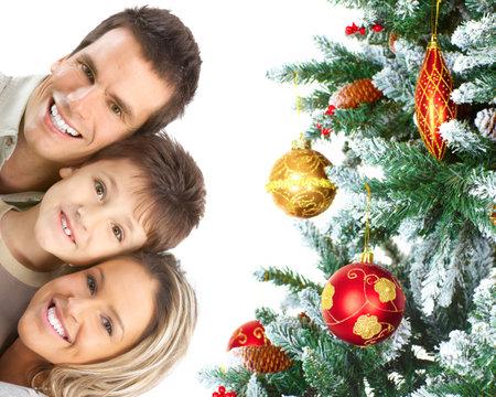 fiesta familiar: Familia feliz cerca del �rbol de Navidad. Foto de archivo