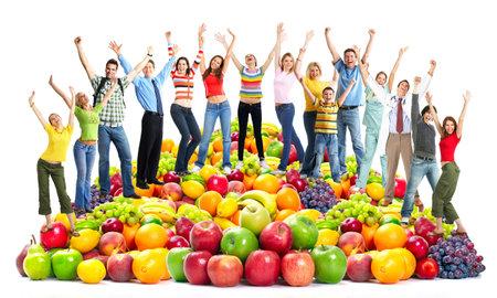 과일과 함께 행복한 사람들의 그룹입니다.