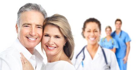 醫療保健: 醫生和老年夫婦耐心。