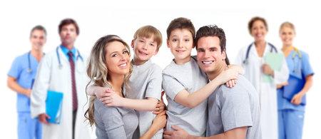 grupo de médicos: Médico y paciente, su familia feliz. Foto de archivo