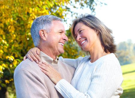 personas abrazadas: Feliz pareja de ancianos.