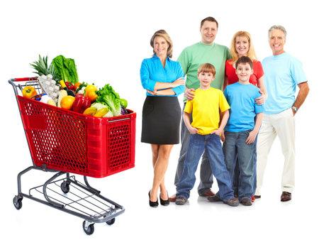 consommateurs: Famille heureuse avec un panier d'�picerie.