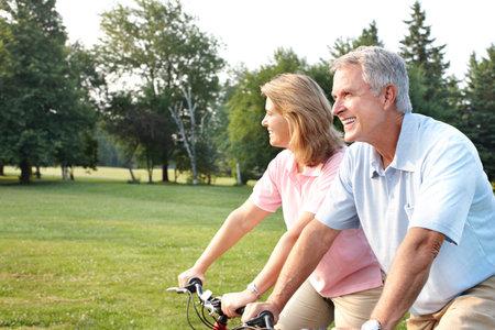 公園でのサイクリング年配のカップル。