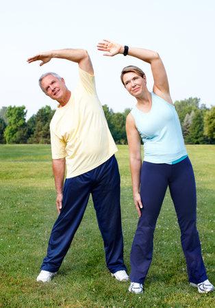 年配のカップルは、ヨガをやっています。