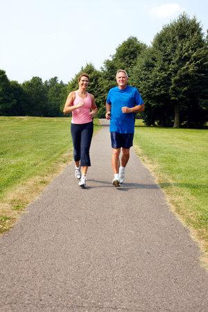 Senior paar joggen in het park. Stockfoto