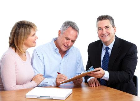 agent de s�curit�: Senior couple avec le conseiller financier.