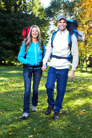 niño con mochila: La gente de senderismo. Foto de archivo