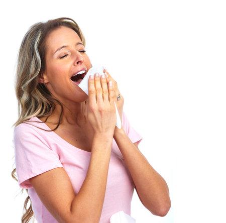 estornudo: Estornudos mujer que tiene fr�o. Foto de archivo