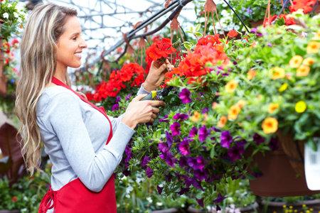 Bloemisten vrouw die op bloem een winkel.
