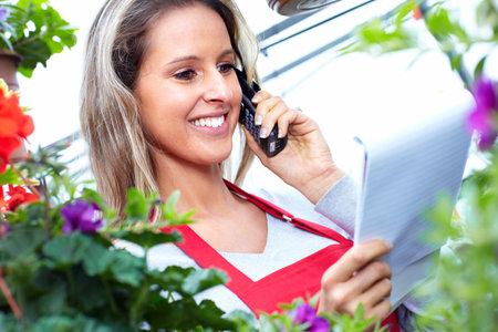 vendedores: Floristería mujer que trabaja en una florería.