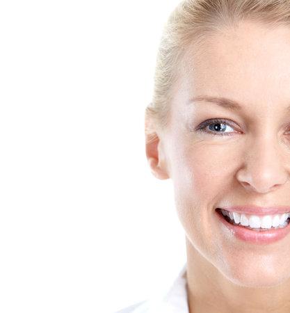 dientes con caries: Mujer feliz sonriendo