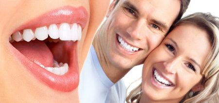 odontologia: Pareja feliz sonriendo