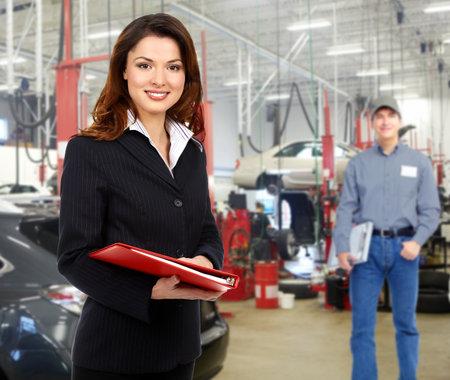 reparation automobile: Femme manager au service de r�paration automobile Banque d'images