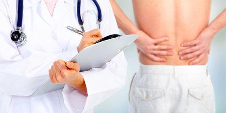 dolor de espalda: Manos de un dolor médico Volver médica