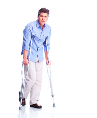 松葉杖を持つ男