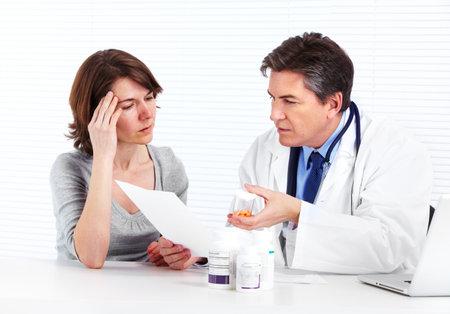medico con paciente: M�dico y la mujer del paciente