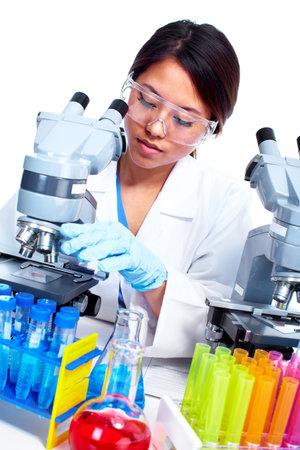 bioteknik: Vetenskaplig kvinna som arbetar i laboratoriet Stockfoto