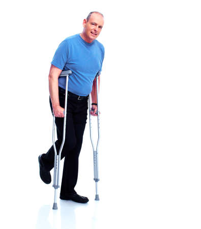 ancianos caminando: Hombre con la muleta
