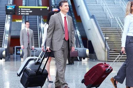 gente aeropuerto: Grupo de hombres de negocios en el aeropuerto Foto de archivo