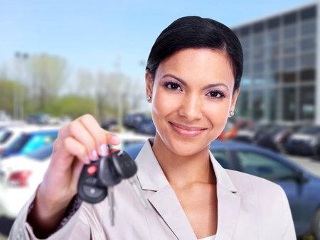 Vrouw met een Autosleutel Stockfoto