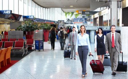 Gruppe von Geschäftsleuten auf dem Flughafen