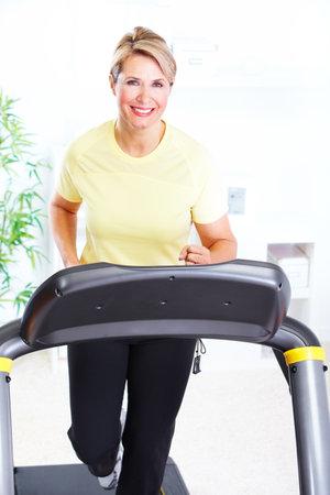 haciendo ejercicio: Superior de la mujer haciendo ejercicio