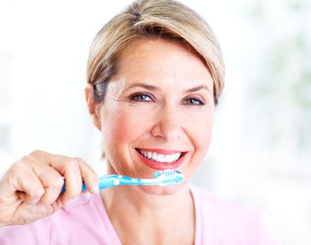 歯ブラシで年配の女性