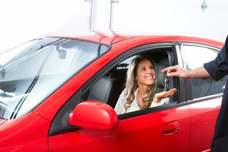 mecanico automotriz: Auto mecánico y una mujer del cliente